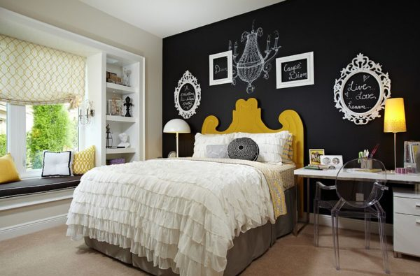 C:\Users\222\Desktop\Empty-picture-frames-and-chalkboard-paint-create-a-vibrat-accent-wall-in-the-bedroom.jpg