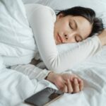Reasons why you should not sleep with your smartphone near the bed